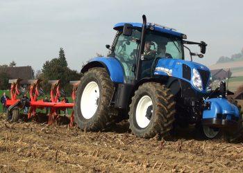 traktor duke punuar arat